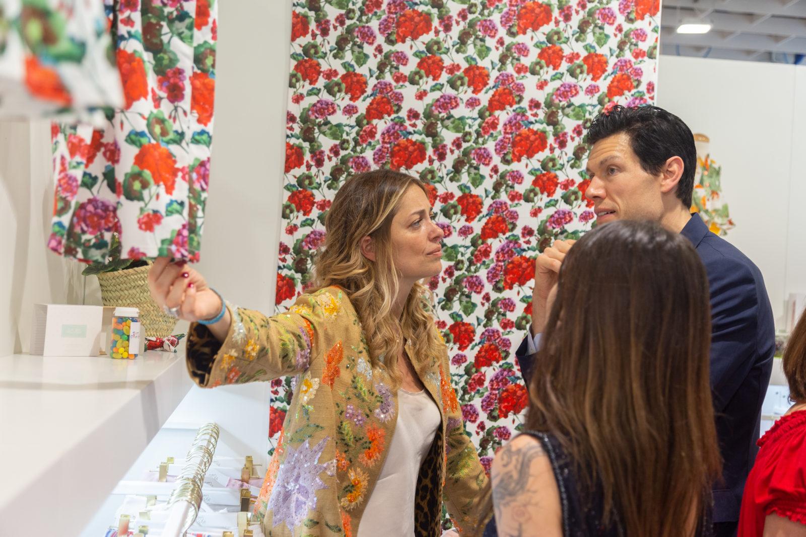 Jesús Murúa, CEO de Pan con Chocolate junto a la diseñadora Erika Santiago (de espaldas).